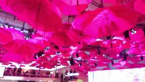 Umgedrehte Regenschirme schützen nicht vor Magenta