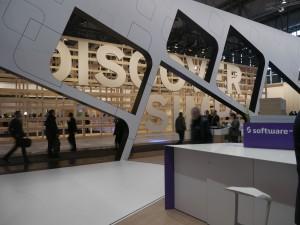 Der SAP-Stand durch den Software AG Stand hindurch gesehen.