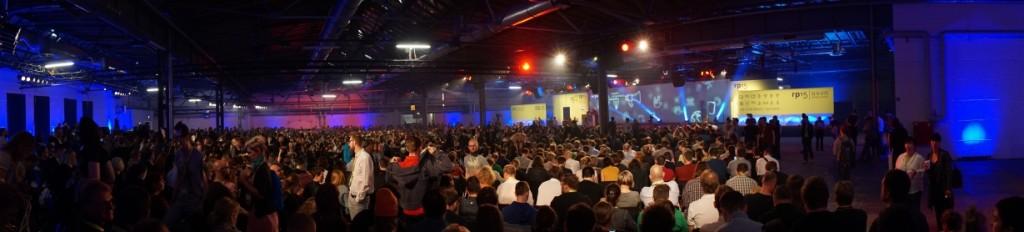 re:publica Bühne 1: dicht gedrängt zur Eröffnung und Keynote