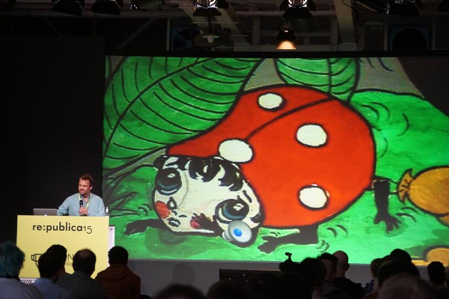 So etwas muss man mögen: Karl der Käfer leitet den Vortrag zum Internet der Dinge ein.