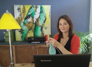 """Martina Limlei lebt und arbeitet für vibrio im rund 450 Kilometer entfernten Perchtoldsdorf in Österreich: """"Toll finde ich am Home Office, dass ich es einrichten kann wie ich will. Momentan liebe ich meine blaugraue Wand. Wenn sie mir morgen nicht mehr gefällt, streiche ich sie einfach neu."""""""