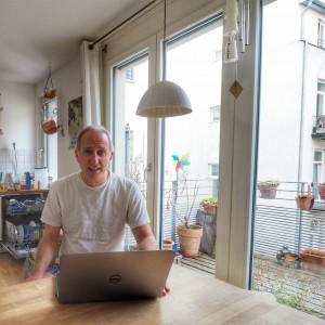 Markus Pflugbeil ist viel unterwegs. Als Mitglied der Agenturleitung von vibrio bringt er sich auf vielen Events auf's Laufende. Oft lohnt sich für ihn nicht der Weg in die Agentur nach Unterschleißheim, dann arbeitet er eben am Küchentisch.