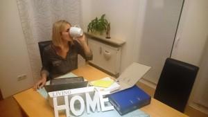 Eigentlich ist es nur ein Katzensprung zum Büro, doch hin und wieder ist auch für PR-Beraterin Veronika Kramheller das Arbeiten von zuhause bequemer.
