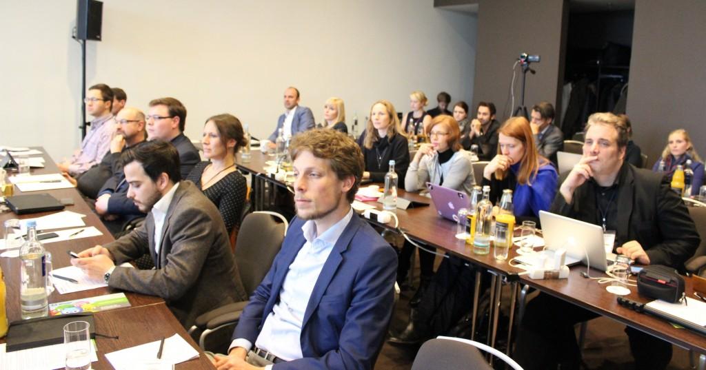 Interessierte Zuhörer im vollen Haus: im Vordergrund: Kristian Delfs, International PR Manager des vibrio Kunden Lancom, daneben vibrio Monitoring Experte Sebastian Klein.