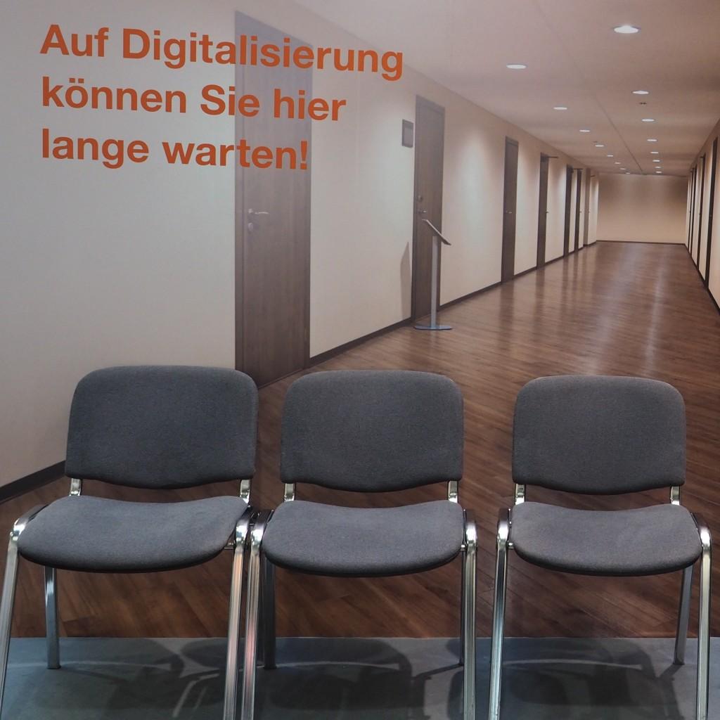 Ironisch gehts auch: der einstige Schreibmaschinenhersteller Triumph-Adler wirbt auf der CeBIT mit dröger Amtsstube für seine Digitalisierungsprodukte.