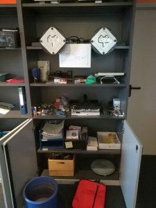 Voller Büroschrank