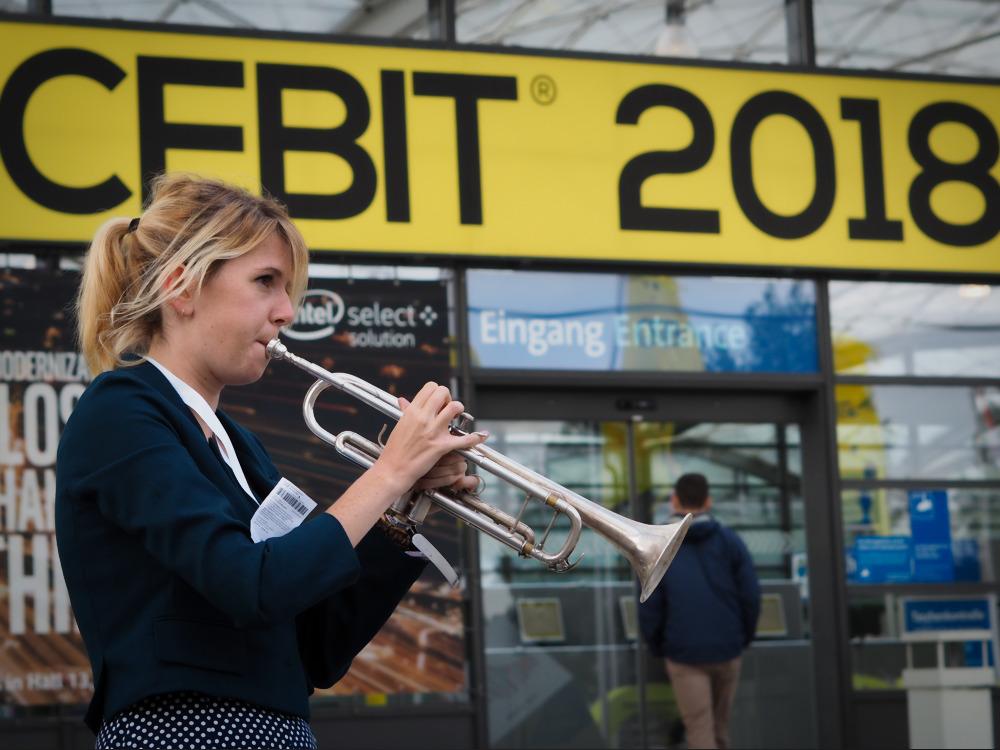 CEBIT 2018 Trompetenbläserin