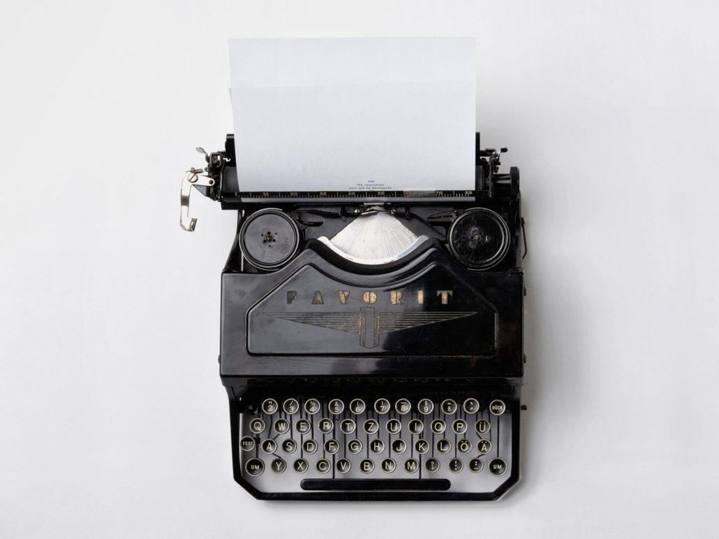 Die Reiseschreibmaschine, ersetzt durch Tablet oder Notebook. Für Video oder Ton benötigt man bereits wieder Aufnahmegeräte, für den Text reicht die Tastatur.