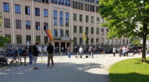 Filmarbeiten vor der Landgericht-Fassade des Bayerischen Rundfunks