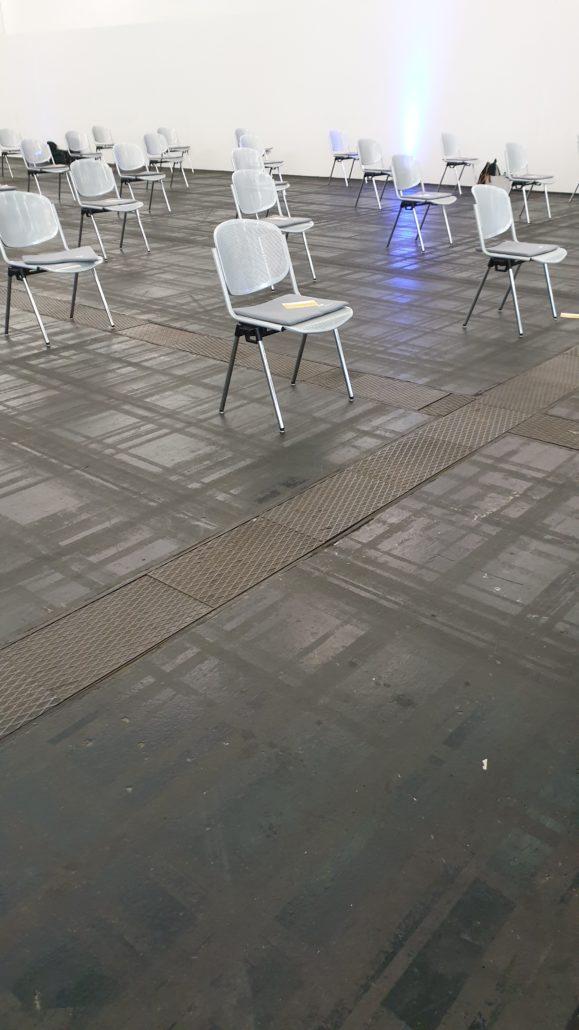 Leere Stuhlreihen